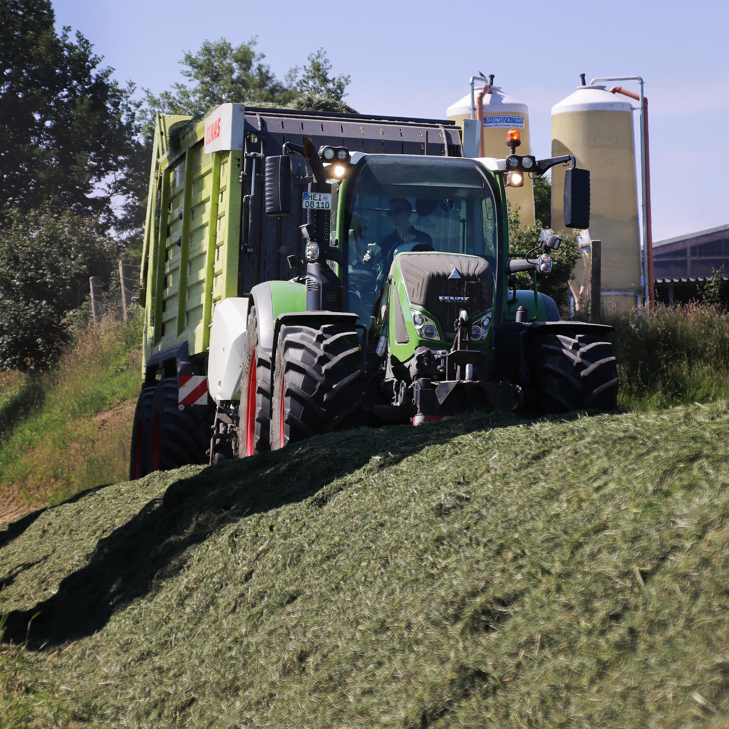 Gras abladen   Beckmann Bargenstedt Lohnunternehmen